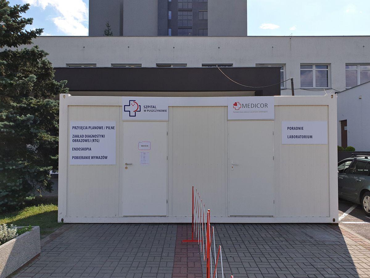 Kontener przed wejściem głównym szpitala